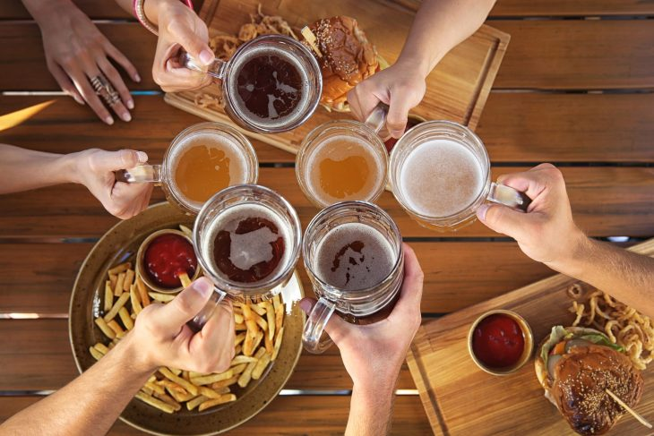 bigstock-Group-of-friends-drinking-beer-145029218